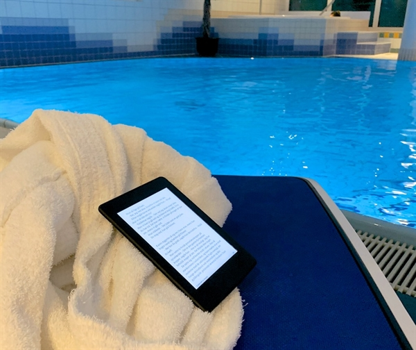 eBookReader Amazon Kindle 10 pool eller strand vand læsning